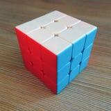 De kubus van Rubik op houten achtergrond royalty-vrije stock afbeeldingen