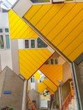 De kubushuizen zijn een reeks heldere gele hoekige flats Stock Afbeelding