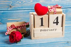 De kubuskalender met datum 14 Februari, gift, rood hart en nam bloem, de decoratie van de Valentijnskaartendag toe Royalty-vrije Stock Foto