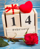 De kubuskalender met gift, rood hart en nam bloem, Valentijnskaartendag toe Royalty-vrije Stock Afbeelding