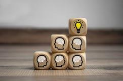 De kubussen dobbelen met hoofden en hersenen stock afbeeldingen