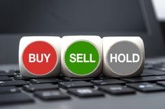 De kubussen dobbelen met koop-verkoop en greep stock afbeeldingen