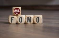 De kubussen en dobbelen met FOMO-Vrees om uit te missen royalty-vrije stock fotografie