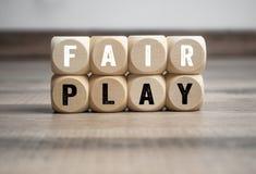 De kubussen en dobbelen met het woord eerlijke spel royalty-vrije stock afbeelding