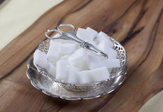 De Kubussen van de suiker in zilveren kom Royalty-vrije Stock Afbeelding