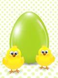 De kuikens en het ei van Pasen over gestippelde achtergrond Royalty-vrije Stock Fotografie