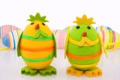De kuikens van Pasen en kleurrijke eieren Stock Afbeelding