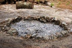 De kuil van de brand met gebrande as wordt gevuld die Royalty-vrije Stock Foto's