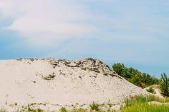 De kuil van het landschapszand met een strook van blauwe hemel royalty-vrije stock afbeeldingen