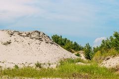 De kuil van het landschapszand met een strook van blauwe hemel royalty-vrije stock afbeelding