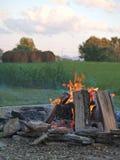De kuil van de kampvuurbrand buiten stock afbeeldingen