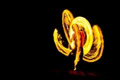 De kungfubrand toont in Duisternisnacht op het strand Stock Foto's