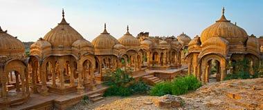 De kungliga cenotafierna av historiska linjaler, också som är bekanta som Jaisalmer Royaltyfri Fotografi
