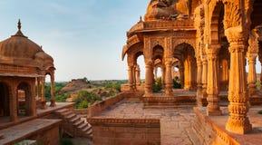 De kungliga cenotafierna av historiska linjaler, också som är bekanta som Jaisalmer Royaltyfria Bilder