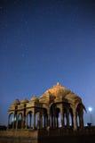 De kungliga cenotafierna av historiska linjaler, också som är bekanta som Jaisalmer Chhatris Royaltyfri Foto
