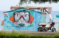 De kunst die van de straatgraffiti vrouwengezicht afschilderen bij openbaar strand van Limassol, Cyprus stock fotografie