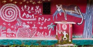 De kunst schilderde op de muur van een Warli-tempel binnen Mumbai ` s SGNP stock fotografie