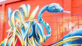 De kunst van de graffitislang op de muur Stock Foto's
