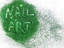 De Kunst van de inschrijvingsspijker op groen schittert fonkeling op witte achtergrond Stock Afbeeldingen