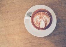 De kunst van de Lattekoffie op de houten lijst, achtergrond Stock Foto's