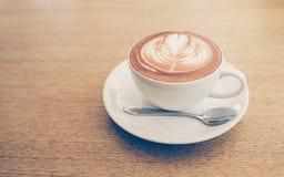 De kunst van de Lattekoffie op de houten lijst, achtergrond Royalty-vrije Stock Afbeeldingen