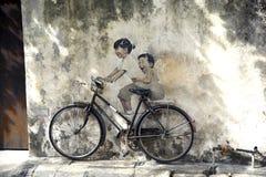 De kunst van de Penangstraat - jonge geitjes op fiets Stock Fotografie