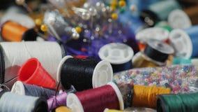 De kunst van handwerk Achtergrond met draden, naalden en andere toebehoren voor borduurwerk stock footage
