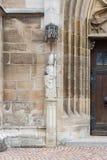 de kunstcijfers en kolommen van de kerksteen Stock Foto's