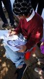De kunstenaar beeldt met potlood op Witboek af Stock Foto