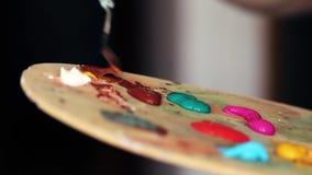 De kunstenaar bereidt de verf voor stock footage