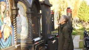 De kunstenaar bereidt een monument voor de gravure van het pictogram voor stock video