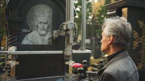 De kunstenaar controleert het proces van gravure stock videobeelden