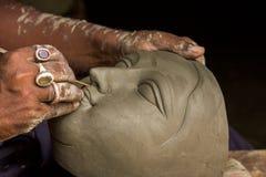 De kunstenaar creeert het hoofd van een godin royalty-vrije stock afbeeldingen