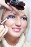 De kunstenaar die van de make-up oogschaduw toepast stock fotografie