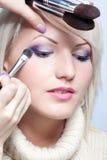 De kunstenaar die van de make-up oogschaduw toepast royalty-vrije stock afbeelding