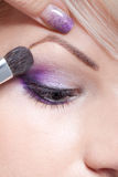 De kunstenaar die van de make-up oogschaduw toepast royalty-vrije stock fotografie