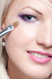De kunstenaar die van de make-up oogschaduw toepast stock foto