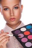 De kunstenaar die van de make-up rouge toepast Royalty-vrije Stock Afbeelding