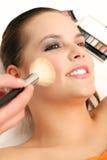 De kunstenaar die van de make-up schoonheidsmiddelen toepast Stock Fotografie
