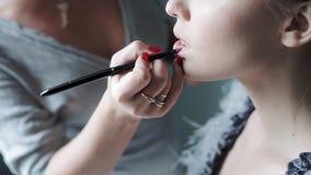 De kunstenaar die van de huwelijksmake-up bruid maken goedmaken stock videobeelden