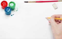 De kunstenaar doet een schets door een potlood Stock Afbeeldingen