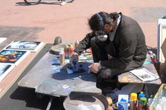 De Kunstenaar Eliseo Marreros die van de nevelverf het schilderen creëren Royalty-vrije Stock Afbeeldingen
