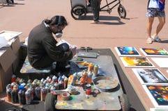 De Kunstenaar Eliseo Marreros van de nevelverf met hulpmiddelen en schilderijen Stock Fotografie