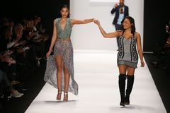De kunstenaar Lia Mira (r) en het model lopen de baan in een Li Jon Sculptured Couture-ontwerp in Art Hearts Fashion tonen Stock Fotografie