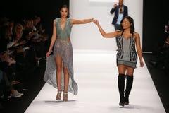 De kunstenaar Lia Mira (r) en het model lopen de baan in een Li Jon Sculptured Couture-ontwerp in Art Hearts Fashion tonen Royalty-vrije Stock Afbeelding
