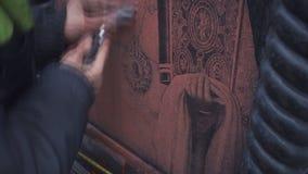 De kunstenaar maakt de gravure van bovenmatige verf schoon stock videobeelden