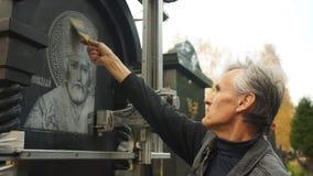 De kunstenaar maakt het pictogram van industrieel stof schoon stock videobeelden