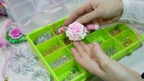 De kunstenaar maakt juwelen van polymeerklei, proces workshop stock footage