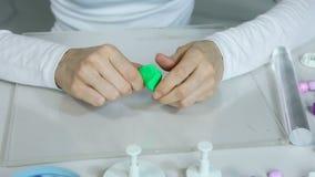 De kunstenaar maakt juwelen van polymeerklei, proces workshop stock videobeelden