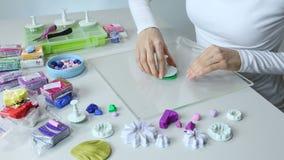 De kunstenaar maakt juwelen van polymeerklei, proces workshop stock video